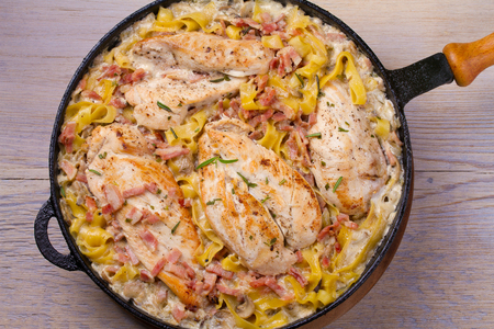 Chicken breasts with creamy bacon and mushroom pasta   Banque d'images