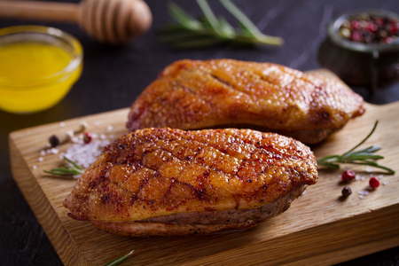 Roasted duck breast on chopping board - image Imagens