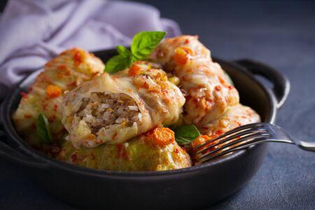 Kohlrouladen mit Fleisch, Reis und Gemüse. Gefüllte Kohlblätter mit Fleisch. Chou Farci, Dolma, Sarma, Golubtsi oder Golabki