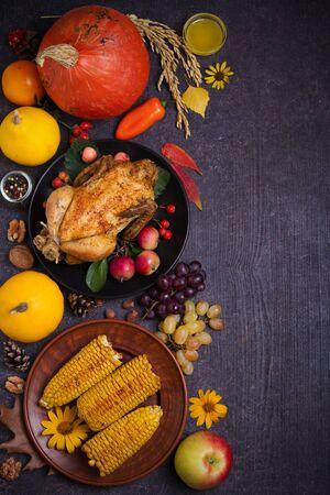 Huhn oder Truthahn, Herbstobst und -gemüse. Thanksgiving-Food-Konzept. Ernte- oder Erntedankhintergrund. Flache Lage, Kopienraum, vertikales Bild