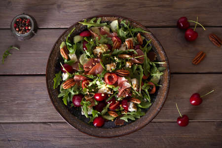 Strawberry and prosciutto salad with gorgonzola cheese and arugula. Healthy food. Overhead horizontal photo Imagens