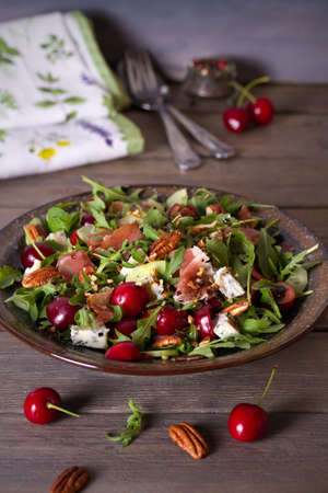 Strawberry and prosciutto salad with gorgonzola cheese and arugula. Healthy food. vertical photo Imagens