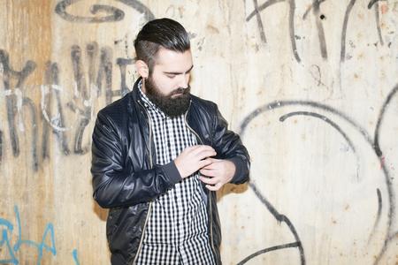 그의 재킷을보고 현대적이고 매력적인 남자