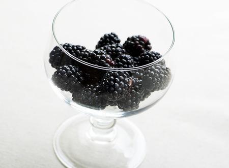 ガラスのコップ一杯のブラックベリー。