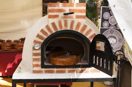 Ladrillo y horno de cemento expuestos a la venta. Foto de archivo