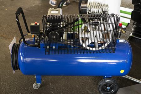 Compressore blu esposto per la vendita.