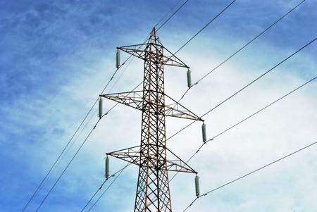 elektriciteit: hoogspannings lijn en draden met blauwe lucht met witte wolken achtergrond