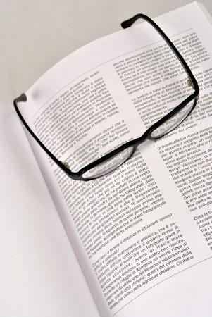 libro escrito en italiano con anteojos negros  Foto de archivo - 8066830