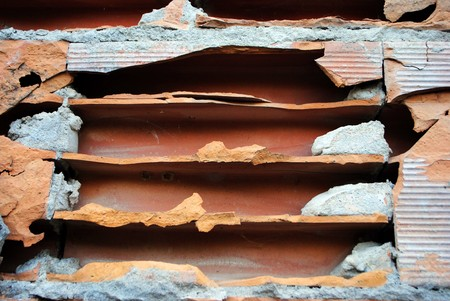 muro rotto: rotto muro rosso di mattoni e cemento