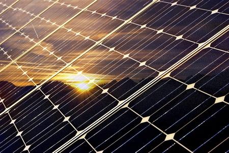 sonnenenergie: Solar-Panel mit Bergen und untergehende Sonne, gr�ne Wirtschaft