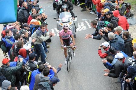 """alberto: Cortina D'Ampezzo, Italia - 22 de mayo: Giro de Italia de Conegliano a Gardeccia  Val di Fassa 22 de mayo 2011 en Cortina D'Ampezzo, Italia. Ciclista Alberto Contador, durante la 94a """"Giro de Italia, Duraci?el curso: 229 km Editorial"""