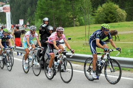 """alberto: Cortina d'Ampezzo, Italia - 22 de mayo: Giro de Italia de Conegliano a Gardeccia  Val di Fassa 22 de mayo 2011 en Cortina D'Ampezzo, Italia. Ciclista Alberto Contador, durante la 94 """"Giro de Italia, Duraci�n del curso: 229 KM"""