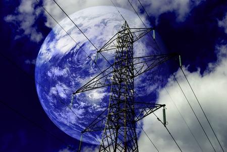 electricidad industrial: Torres de alta tensi�n con con el planeta tierra. Foto de archivo