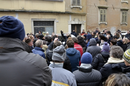 """ROVERETO, ITALIA - DEC 16: La figura showman e politico, Beppe Grillo, presenta i candidati alle elezioni del suo movimento politico chiamato """"Movimento Cinque Stelle"""" 16 dicembre 2012 a Rovereto, Italia."""