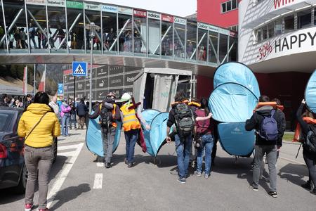 conflictos sociales: MATREI am Brenner, AUSTRIA - 03 DE ABRIL DE 2016: La policía austriaca tratan de controlar la protesta contra el cierre de la frontera entre Austria e Italia durante el rally #Noborder se mantenía cerca de Brennero. Editorial
