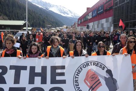 social conflicts: MATREI am Brenner, AUSTRIA - 03 DE ABRIL DE 2016: Los momentos de tensi�n entre no-fronteras y polic�a austriaca, sin preparaci�n para ese evento, �l responde con spray de pimienta para alejar a los manifestantes que trataron de seguir avanzando en Austria. Editorial