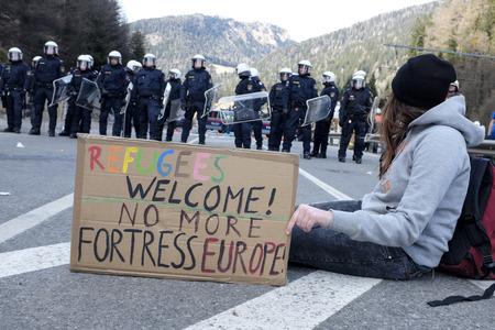 social conflicts: MATREI am Brenner, AUSTRIA - 03 DE ABRIL DE 2016: La polic�a austriaca tratan de controlar la protesta contra el cierre de la frontera entre Austria e Italia durante el rally #Noborder se manten�a cerca de Brennero. Editorial