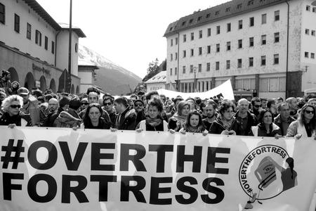 conflictos sociales: MATREI am Brenner, AUSTRIA - 03 DE ABRIL DE 2016: Una protesta ha tenido lugar hoy en la frontera italiana  austriaca tras la decisi�n del gobierno austriaco para enviar el ej�rcito para patrullar la frontera Brenner y para detener el paso de los migrantes. Editorial