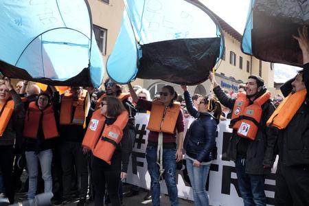 conflictos sociales: MATREI am Brenner, AUSTRIA - 03 DE ABRIL DE 2016: Una protesta ha tenido lugar hoy en la frontera italiana  austriaca tras la decisión del gobierno austriaco para enviar el ejército para patrullar la frontera Brenner y para detener el paso de los migrantes. Editorial
