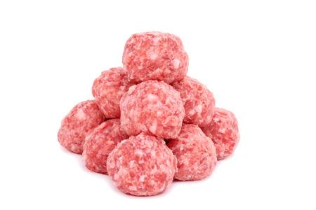 Ruwe ongekookt gehaktballen op een witte achtergrond
