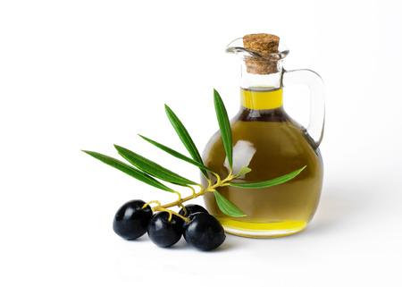 Verse biologische olijfolie met een bos van olijven en groen op een geïsoleerd op een witte achtergrond