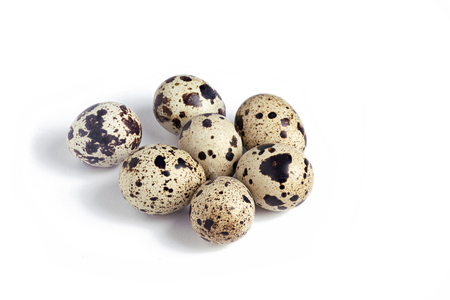 jaja przepiórcze w grupie na białym tle