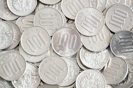 日本の100円硬貨の多く 写真素材