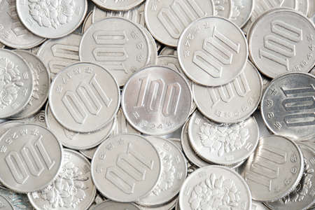 Many of Japans 100 yen coin 스톡 콘텐츠