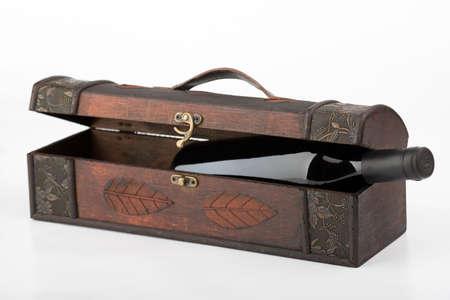 specular: Caja de madera con una botella del vino rojo Foto de archivo