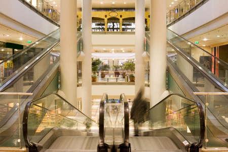 plaza comercial: Multinivel centro comercial  Foto de archivo