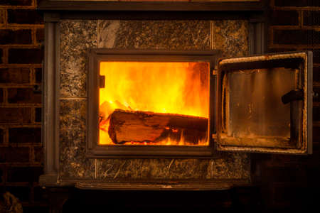 Interior Photo of Wooden Logs - Burning in a Fiery Cabin Stove on a Cold Winter Night Banco de Imagens
