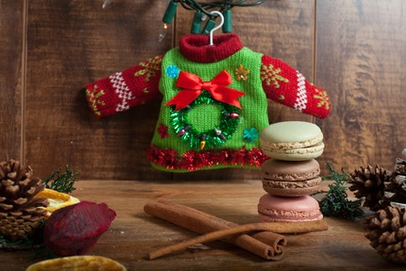 Christmas background with macaroons on wood background Banque d'images