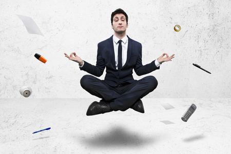 jonge zakenman mediteren in yoga lotus houding