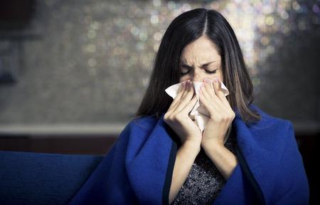 personas enfermas: Mujer joven enferma tose y soplando ..