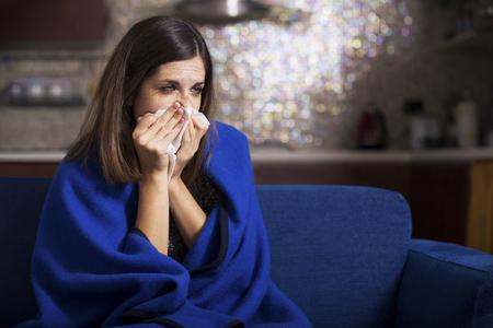 persona enferma: Mujer joven enferma tose y soplado.