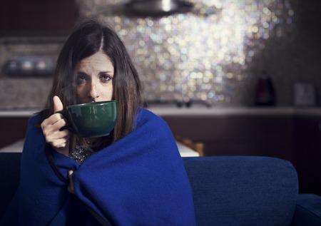 niños enfermos: niña enferma de beber té de hierbas