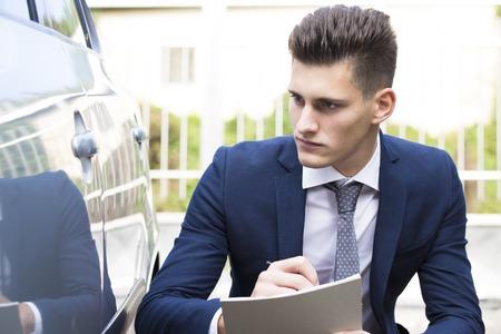 seguros: agente de seguros de joven hermosa que ve coche da�ado