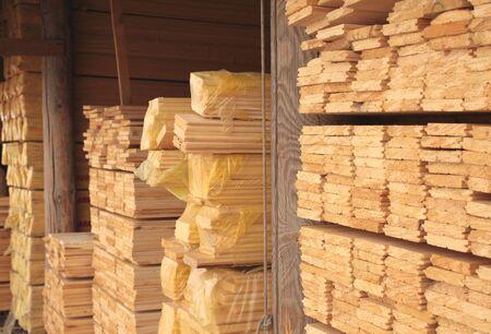 Abteile: Holzbretter in einem Lagerhaus von Baustoffen Lizenzfreie Bilder
