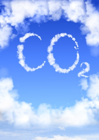 dioxido de carbono: Símbolo de CO2 a partir de nubes en el cielo azul Foto de archivo