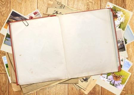 Altes Buch und Fotos. Objekte über Holzbrett