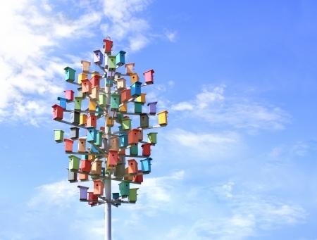 nido de pajaros: Coloridas cajas-nido en el cielo azul