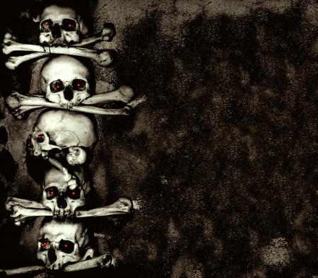 partes del cuerpo humano: Grunge fondo con los cráneos y huesos humanos