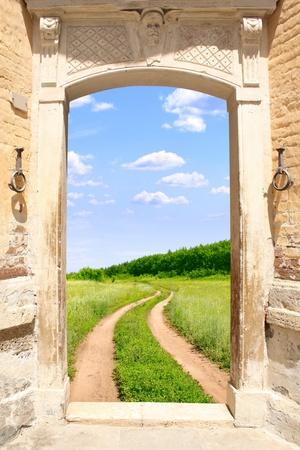 welcome door: Immagine concettuale - una strada per la libert�