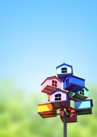 maison oiseau: Nichoirs color�s sur ciel bleu Banque d'images