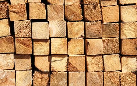 materiales de construccion: Tableros de madera en un almacén de materiales de construcción