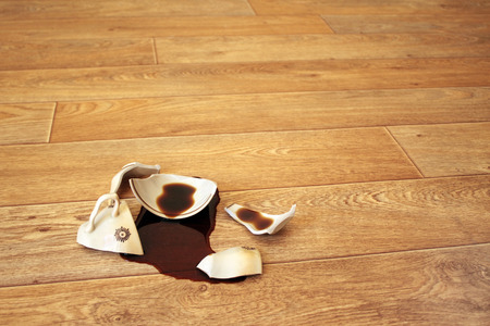 Koffie, stroomde uit de gebroken beker Stockfoto