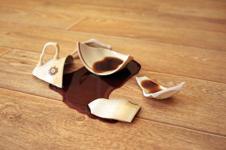 Koffie, stroomde uit vanaf de gebroken cup