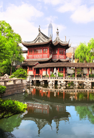 Pavilion and pond in Yu Yuan Gardens, Shanghai, China Archivio Fotografico