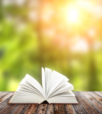 libros: Abra el libro en tablones de madera Foto de archivo