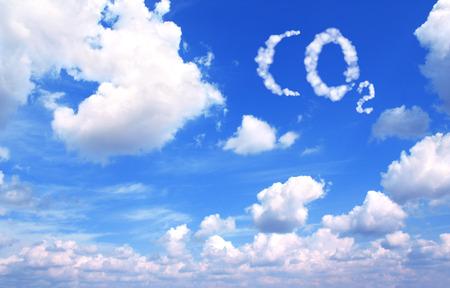 ciel avec nuages: Collage - symbole de CO2 provenant de nuages